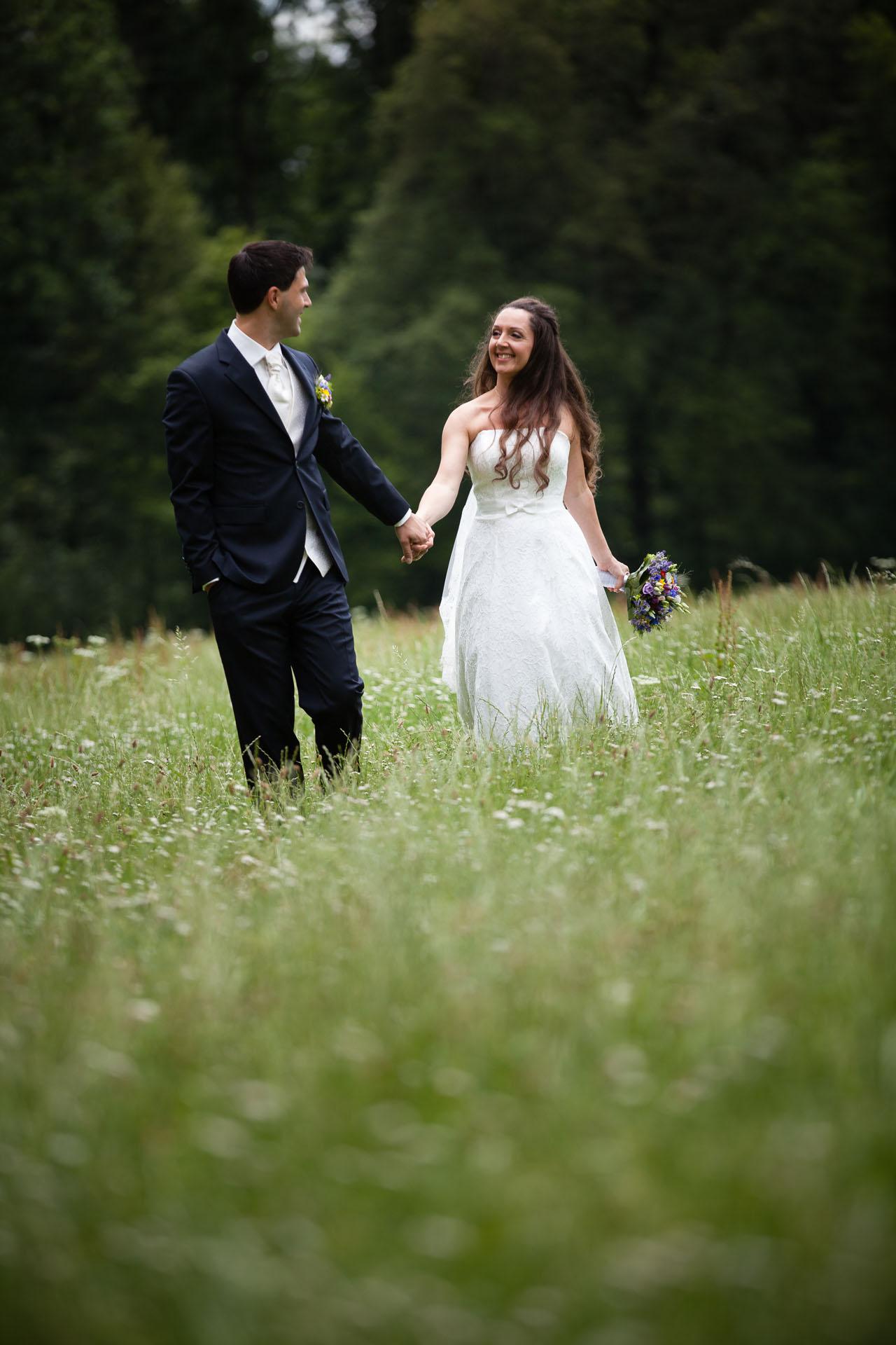 Brautpaar Portrait auf der Wiese