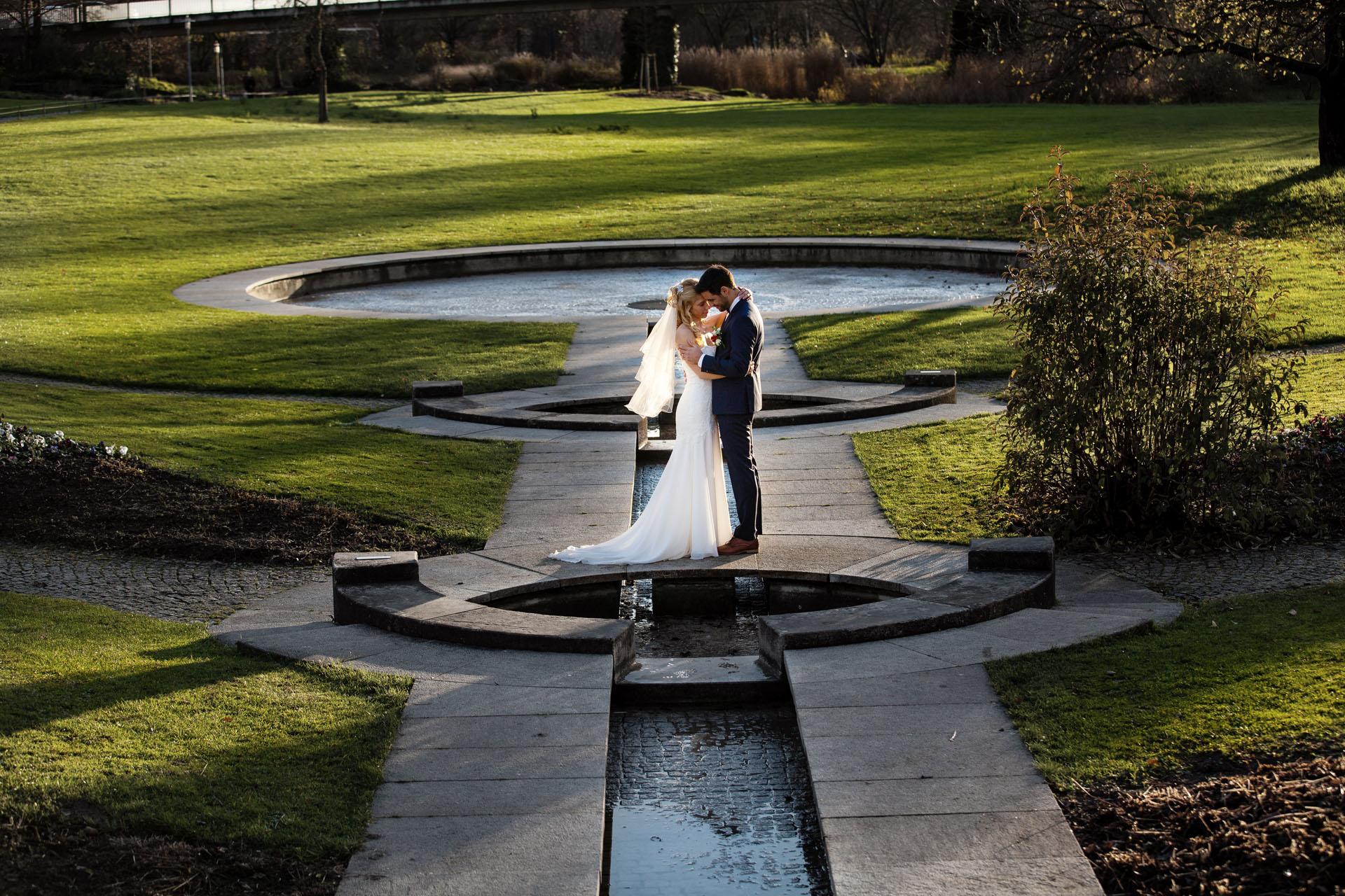 Brautpaar umarmt sich im Stadtpark in Bietigheim