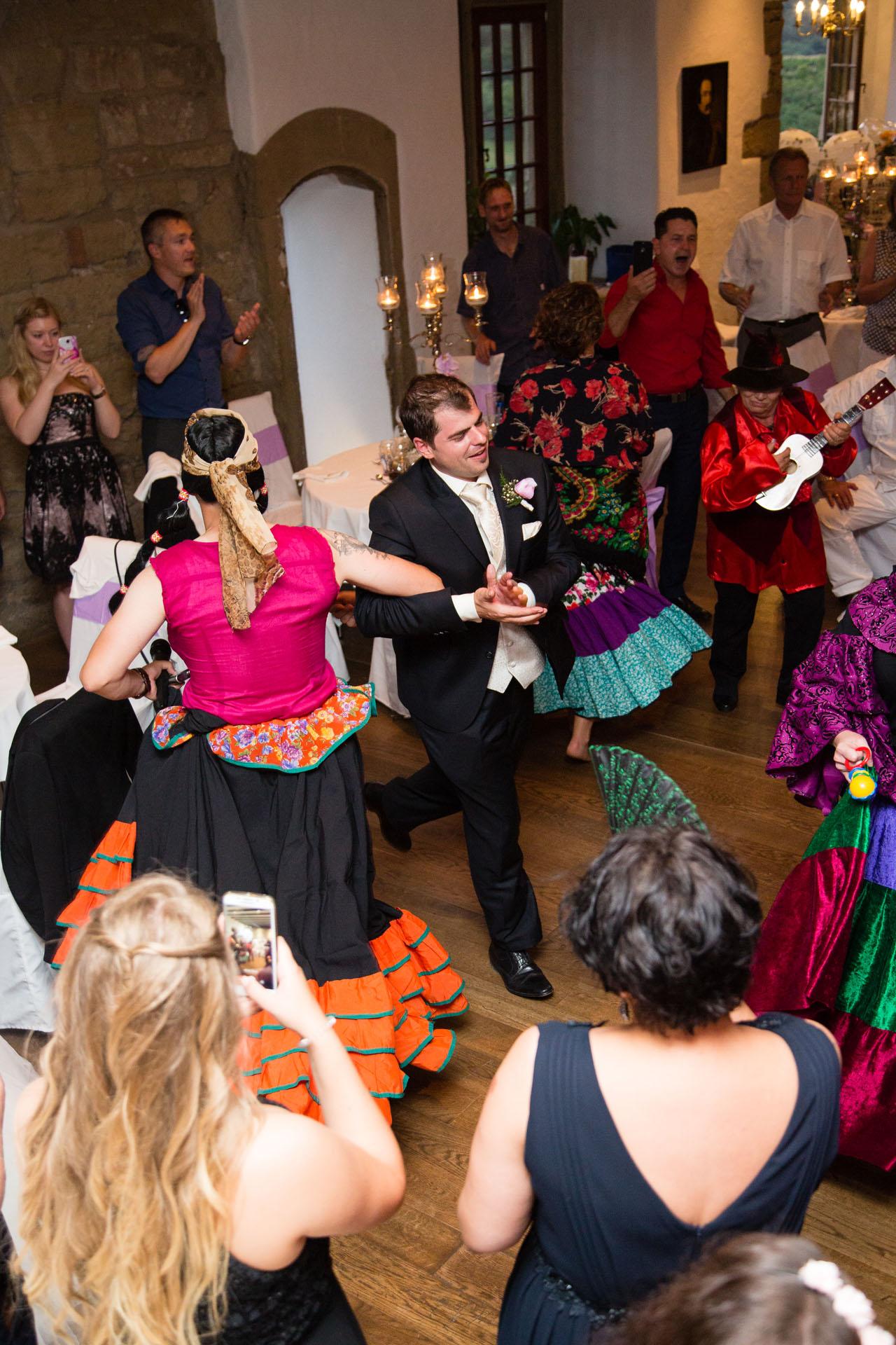 Hochzeitsspiel-Tanz-im-Kreis