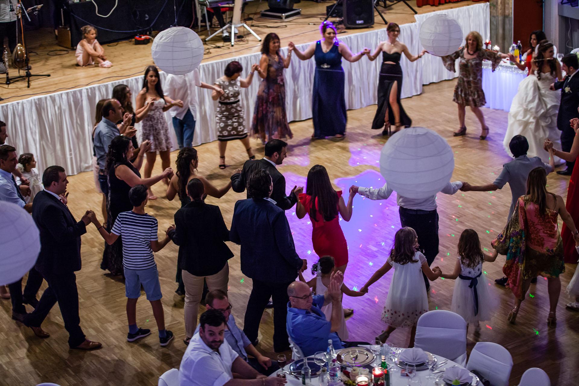 Hochzeitsgesellschaft tanzt griechisch im Kreis