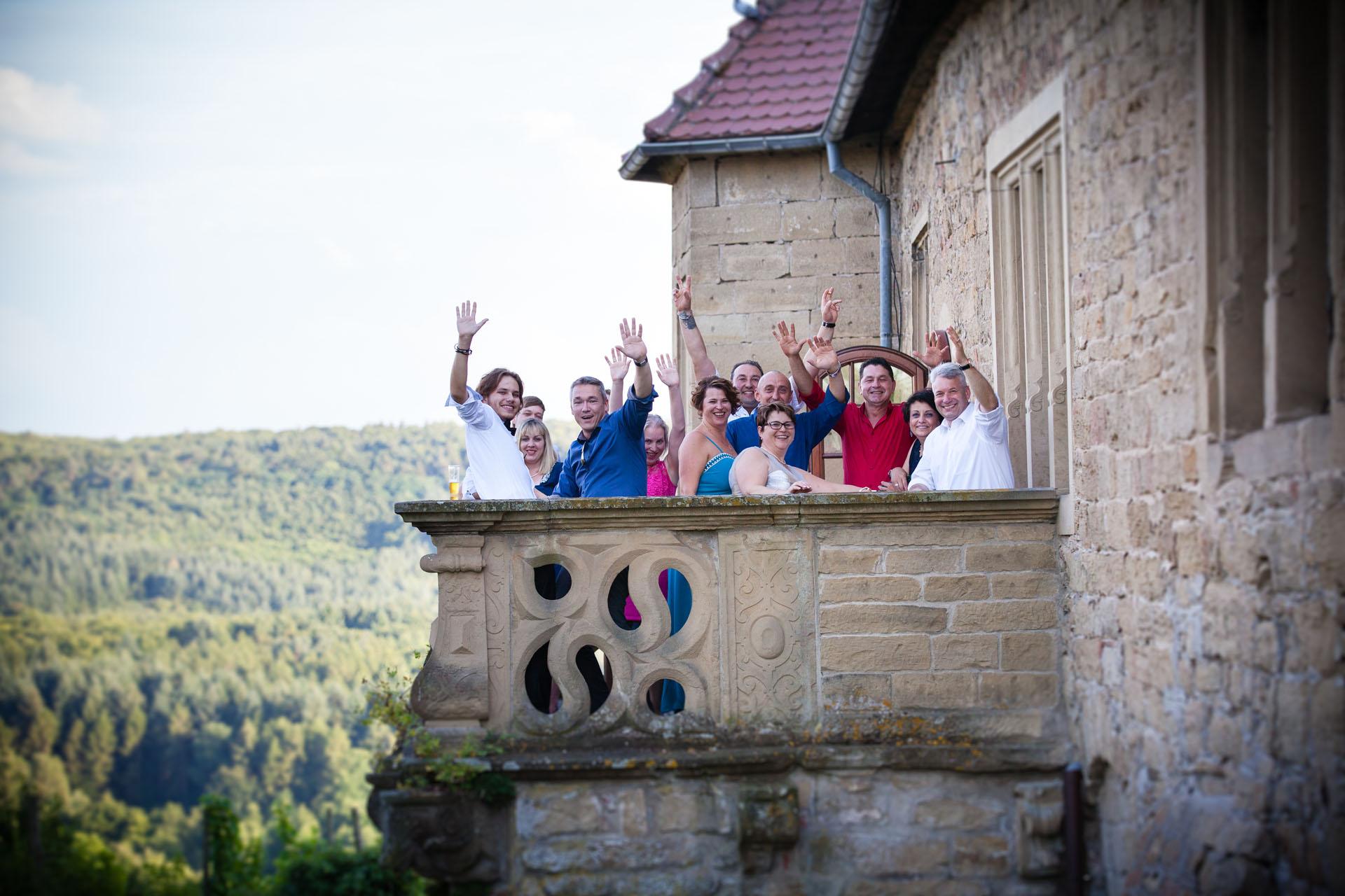 Hochzeitsgesellschaft auf dem Balkon der Burg Ravensburg