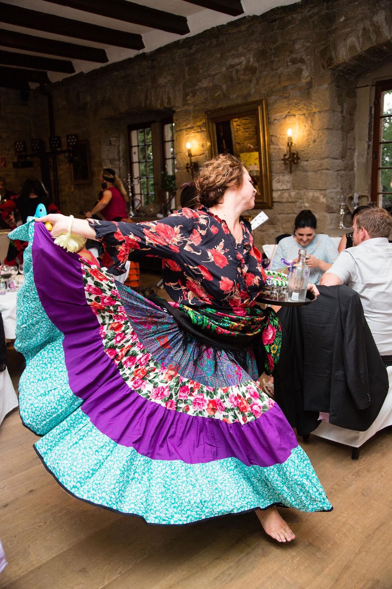 verkleidete-Frau-tanzt-auf-der-Hochzeit